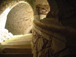Steintreppe zum Schutzdach